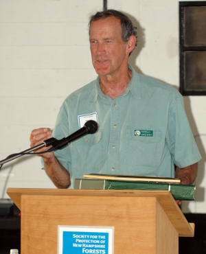 Harold Janeway speaks from the podium at a Forest Society event.